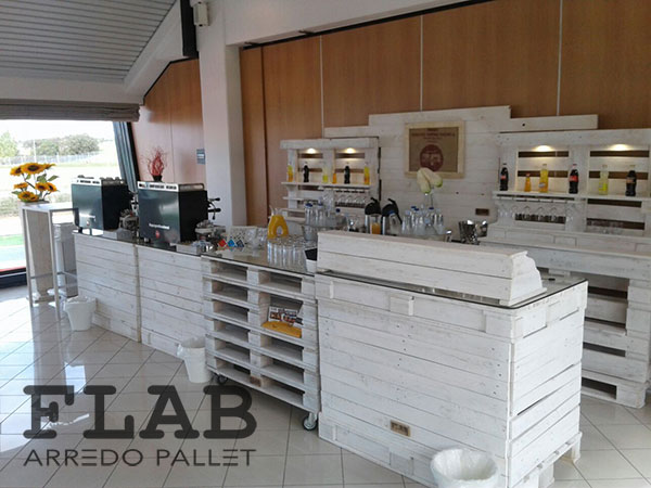 Estremamente arredamento bar con bancali wo14 pineglen for Pallet idee arredo