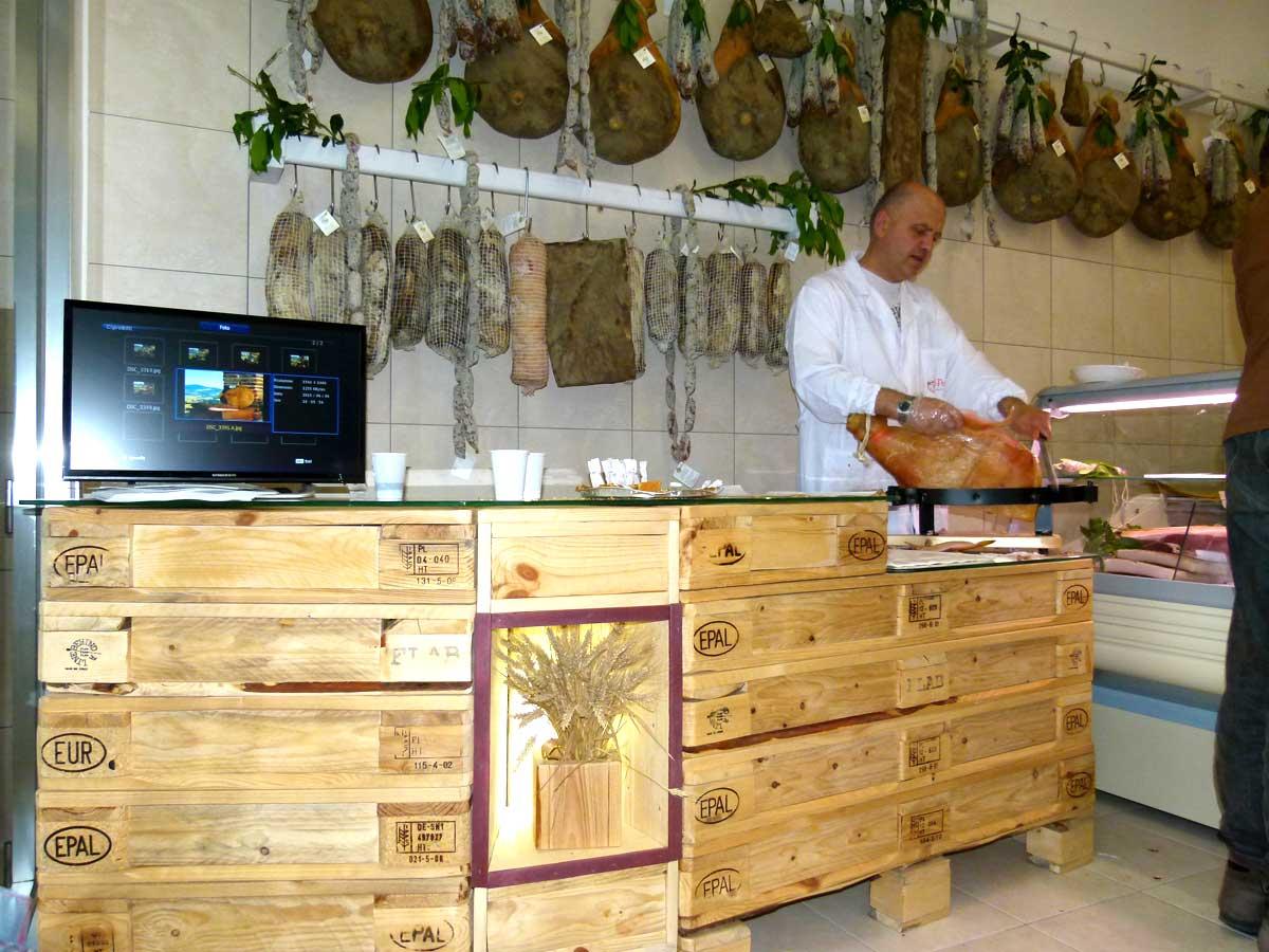 Arredamento in pallet per negozi bar e locali flab for Bancali legno per arredare