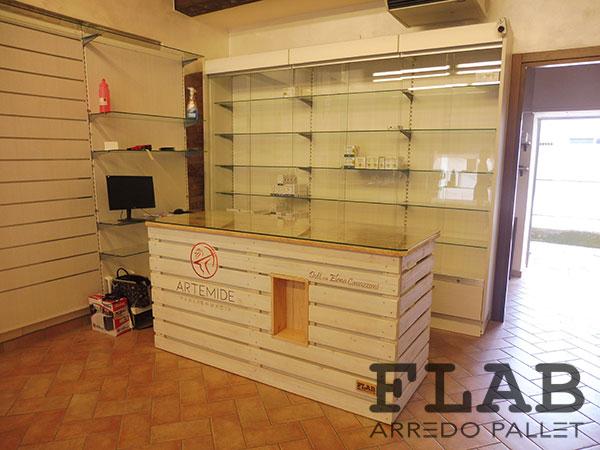 Bancone In Legno Per Negozio : Arredamento in pallet per negozi e uffici flab arredo pallet
