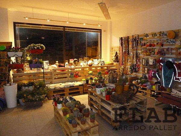 Arredamento in pallet per negozi e uffici flab arredo pallet for Arredamento con pedane