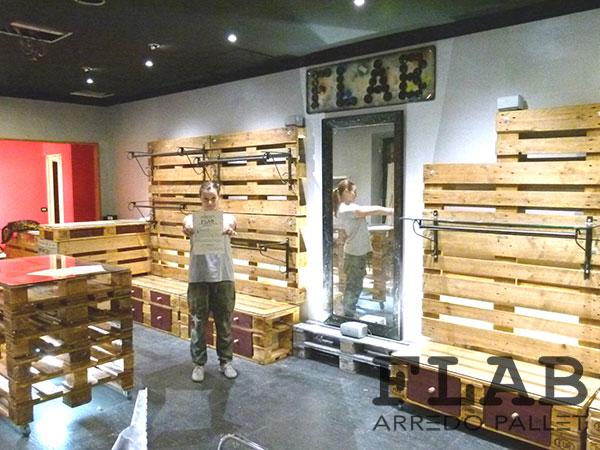 Arredamento in pallet per negozi e uffici flab arredo pallet for Arredamento pallets